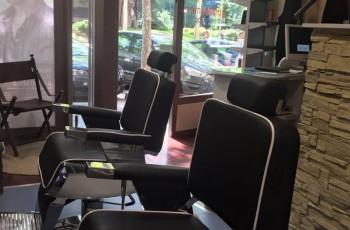 La peluquería de Manuel Aranda es especial. su mobiliario es una experiencia natural y relajante